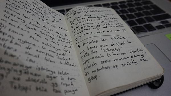 Moleskine yang saya gunakan untuk mencatat hal-hal penting di buku yang bukan milik saya.